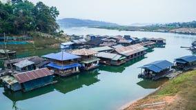 Загородный дом Sagklaburi на воде Стоковые Изображения RF