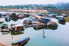 Загородный дом Sagklaburi на воде Стоковое Изображение RF