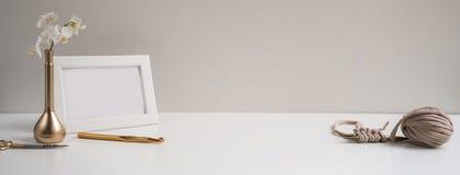 Заголовок, знамя для дизайна места Needlework, handmade вязать и вязать крючком, пряжа горизонтальный формат, космос для текста Стоковое фото RF