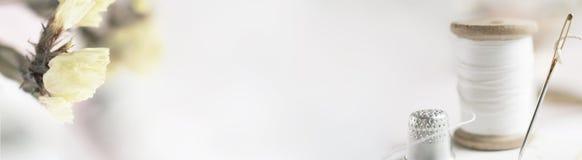 Заголовок, знамя для дизайна места Needlework, handmade Поток и орхидея катушки горизонтальный формат, космос для текста Стоковые Фото