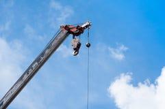 Заграждение передвижного крана с смертной казнью через повешение крюка небом предпосылки кабельной проводки голубым Стоковое Изображение RF