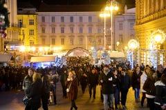 ЗАГРЕБ, ХОРВАТИЯ - 26-ОЕ ДЕКАБРЯ , 2017: Рождество украсило городок Загреба во время декабря Стоковые Фотографии RF
