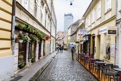Загреб, ХОРВАТИЯ - типичная главная улица с античными зданиями в Хорватии Стоковые Изображения RF