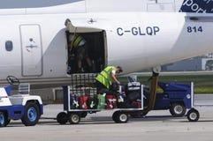 Загрузка багажа в плоскости  Стоковые Фото