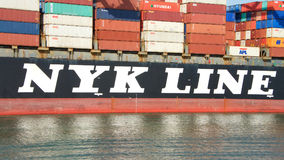 Загрузка ВОДОЛЕЯ грузового корабля NYK на порте Окленд Стоковые Изображения RF