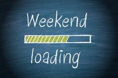 Загрузка выходных, голубая доска с текстом стоковые фотографии rf