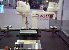 Загрузка двойного контроля вооружения Denso/разгружать робот автоматизации стоковые изображения rf