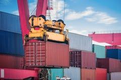 Загрузка контейнера и крупный план разгржать стоковое изображение