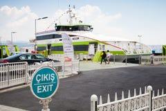 Загрузка пассажирского парома в морском порте Kabatas, Стамбуле Стоковая Фотография RF