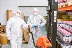 Загрузка товаров в складе фабрики стоковые изображения rf