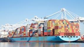 Загрузка GERD MAERSK грузового корабля на порте Окленд Стоковое Изображение