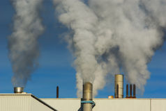 Загрязнение атмосферы дыма печной трубы фабрики Стоковое Фото