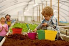 Загрязнение боя небольшое загрязнение боя фермера мальчика загрязнение боя путем расти заводы концепция загрязнения боя r стоковое изображение