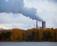 Загрязнение воздуха дымом приходя вне фабрика c Стоковое фото RF