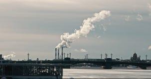Загрязнение воздуха Куря камины в Санкт-Петербурге во взгляде зимы над рекой Neva видеоматериал