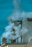 Загрязнение воздуха от дымовой трубы фабрики Стоковые Изображения