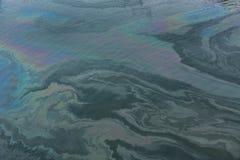Загрязнение воды в пристани причиненной маслом Стоковое фото RF