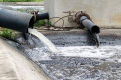 Загрязнение воды в реке стоковые фотографии rf
