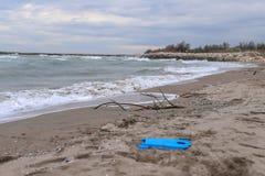 загрязнение и разрушение проблемы окружающей среды планеты Концепция экологичности Пластмасса на пляже Разлитый отброс на пляже стоковые фотографии rf