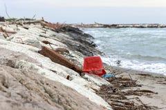 загрязнение и разрушение проблемы окружающей среды планеты Концепция экологичности Пластмасса на пляже Разлитый отброс на пляже стоковое фото