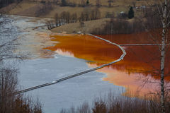 Загрязнение озера путем минировать остатки, Geamana, Румынию стоковые фотографии rf