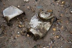 загрязнение окружающей среды упаковывая пакостные сломанные бутылки на банках Стоковые Изображения RF