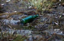 загрязнение окружающей среды упаковывая пакостные сломанные бутылки на банках Стоковое фото RF
