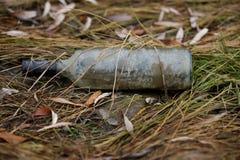 загрязнение окружающей среды упаковывая пакостные сломанные бутылки на банках Стоковая Фотография RF