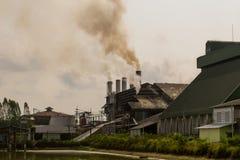 Загрязнение окружающей среды разрядки фабрики и сточных водов Стоковая Фотография RF