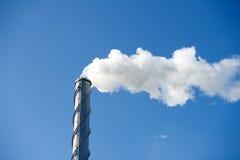 Загрязнение - печная труба загрязняя воздух Стоковые Изображения