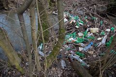 Загрязнение природы пластичных бутылок стоковые фотографии rf