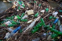 Загрязнение природы пластичных бутылок стоковое изображение rf