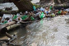 Загрязнение природы пластичных бутылок стоковая фотография rf