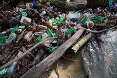 Загрязнение природы пластичных бутылок стоковое изображение
