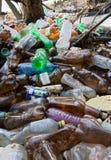 Загрязнение природы пластичных бутылок стоковые изображения