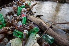 Загрязнение природы пластичных бутылок стоковое фото