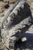 Загрязнение резины автошины Старая деформированная покрышка трактора представляя угрозу Стоковое фото RF