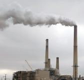загрязнение фабрики печной трубы относящое к окружающей среде Стоковая Фотография