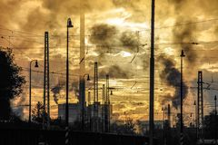 загрязнение фабрики предпосылки воздуха голубое 1 фабрика печных труб Стоковая Фотография RF
