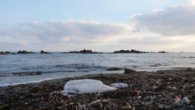 Загрязнятьый пляж с пластмассой Сильные волны ударяя пляж и брызгать ( видеоматериал
