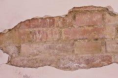 Загубленная кирпичная стена за гипсолитом стоковое фото