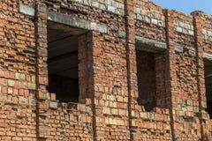 Загубленная стена здания Покинутый к ненужным домам разрушьте Самоуничтожение покинутых зданий Схематически, cri стоковое изображение rf