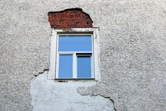 Загубленная стена смотря на вокруг заново установленной оконной рамы стоковые фотографии rf