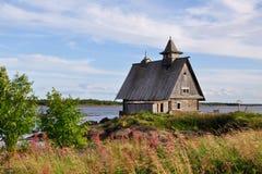 Загубленная церковь на заходе солнца, этом место где они сняли кино остров русским директором Pavel Lungin Стоковые Изображения
