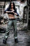 загубленные зданием сильные детеныши женщины Стоковая Фотография RF