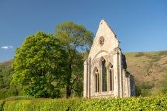 Загубленные стена и окно аббатства Valle Crucis около Llangollen Стоковые Фото