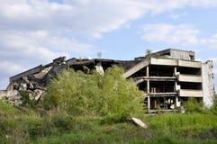 Загубленный дом после взрывать против голубого неба стоковое изображение rf