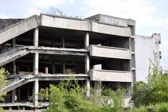 Загубленный дом после взрывать против голубого неба стоковое фото rf