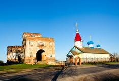 Загубленная и новая церковь в деревне Ленино Стоковые Изображения RF