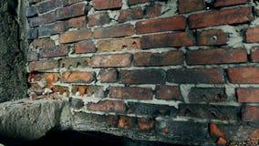 Загубленная кирпичная стена в старом покинутом здании сток-видео